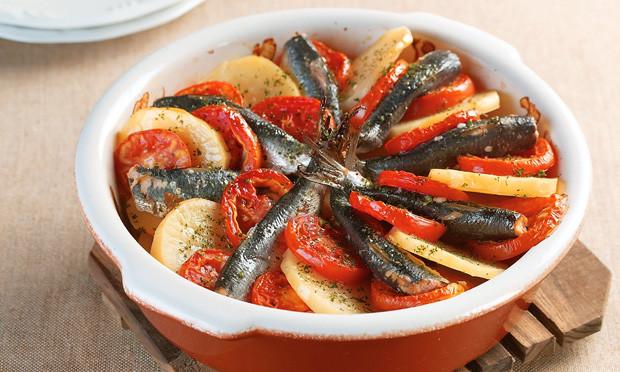 Sardinha ao Forno com batata e tomate que e uma - Sardinha ao Forno com batata e tomate que é uma delicia